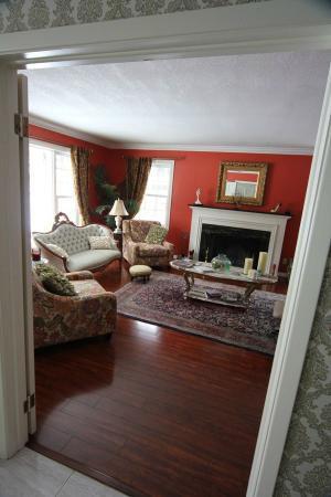 Inn-Chanted Forest Bed and Breakfast: The living room