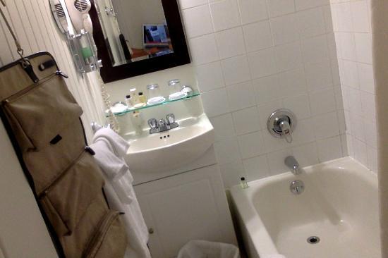 vue de l 39 ensemble auberge gauche et chez bouquet bistro picture of auberge la muse baie st. Black Bedroom Furniture Sets. Home Design Ideas
