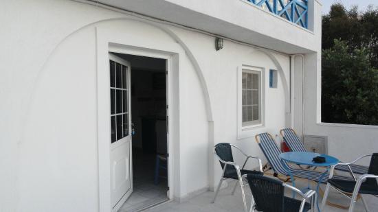 Scirocco Apartments: Terraza y entrada a nuestro depto.