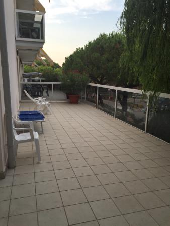 Aparthotel Harvey a Jesolo: Wir hatten das Zimmer 22 mit der living Terrasse. Der Aufpreis lohnt sich nur wenn man die riesi