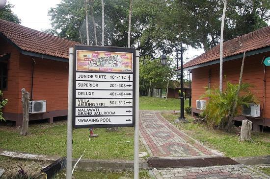 De Palma Hotel Kuala Selangor: Cobblestone pathway and signpost
