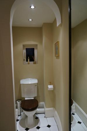20 Albany Street: Pristine Bathroom 4/4
