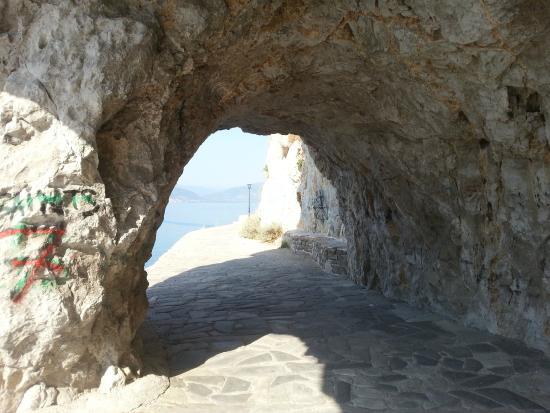 Nafplio, Grčka: Caminho até a praia (path to the Arvanitia beach)