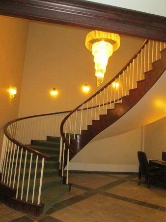 Greenwood Inn & Suites: Lobby staircase