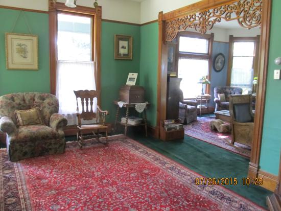 Bozeman's Lehrkind Mansion Bed and Breakfast: The Front Parlor