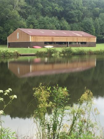 Deerwoode Lodge & Cabins : Another lake and a picture of the barn/gym in the background