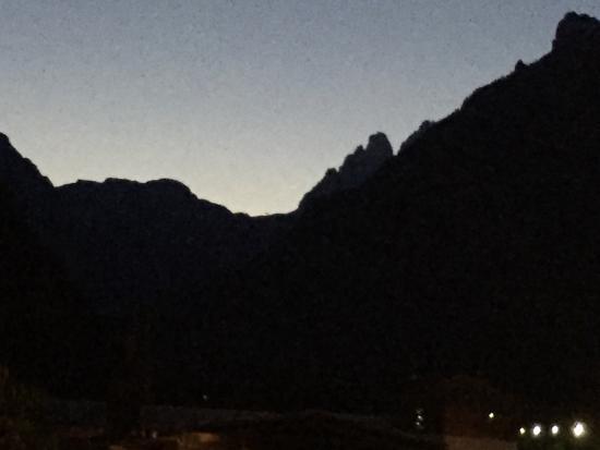 Albergo Ristorante Cacciatori : Vista serale sulle Tre Cime e rifugio Auronzo