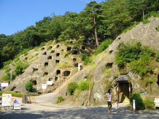Yoshimi Hyakuana Tombs: 百穴