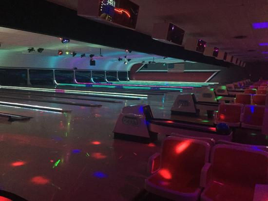 ‪Easton Bowling Center‬