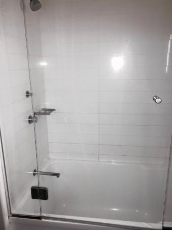 Grand Hotel and Apartments Townsville: Bathtub/Shower
