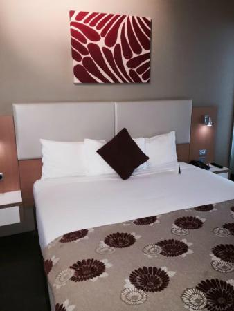 Grand Hotel and Apartments Townsville: bed