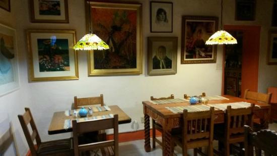 La Dona Luz Inn, An Historic Bed & Breakfast: Art filled dining room