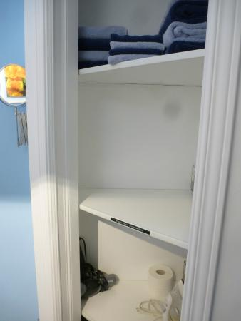 Gite Confort: bathroom closet