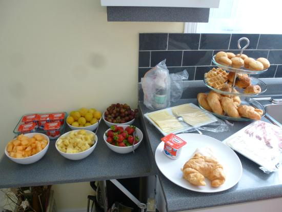 Gite Confort: nice breakfast with fruits, baked goods and cold cuts