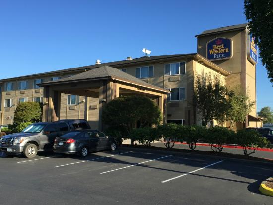 BEST WESTERN PLUS Cascade Inn & Suites: Hotel photo from parking lot