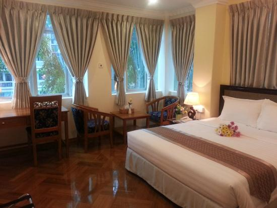 Grand Laurel Hotel: Luxurious Corner Deluxe
