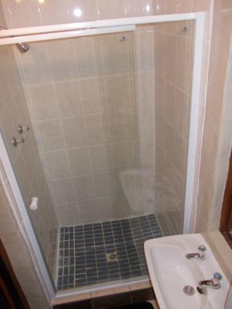 Villa Ocean Crest Guesthouse and B&B : Showers Blue & Gray Room