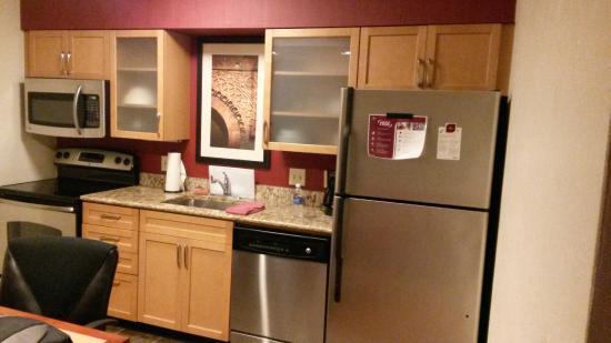 Residence Inn Cincinnati North/Sharonville: View of the Kitchenette