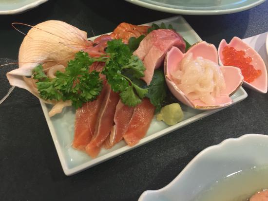 Rausunoyado Marumi : 夕食は歯舞コース2人分、国後コース1人分にして3人で分け合いました。 味も量も申し分ありませんでした。 朝食は山菜の煮物など魚介以外のおかずも豊富にありました。 ウーロン茶とカルピスがでました