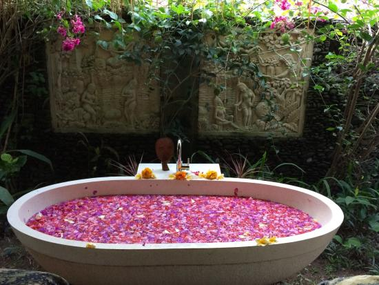 Magical massage by a master followed by a flower bath for Exquisite mobile massage