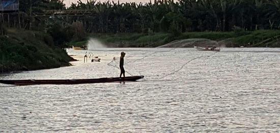 Sengkang, Indonesia: Pescador al atardecer