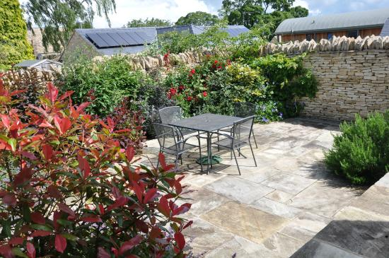 Donnington, UK: Garden at the Granary next to Wren House