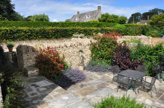 Donnington, UK: Sunken private and sunny garden at Granary with Wren House beyond