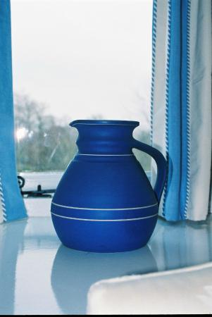 Donnington, UK: Blue jug in Granary bedroom