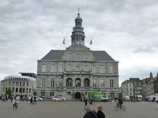 Stadhuis in de avond picture of city hall of maastricht - Maastricht mobel ...
