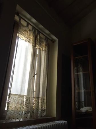 Agriturismo Papaveri e Papere : bedroom window with sweet curtains