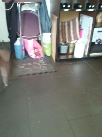 le Pelerin: Les dessous d'un meuble sur lequel on coupé le pain ! A quoi sert le lave-glace ?