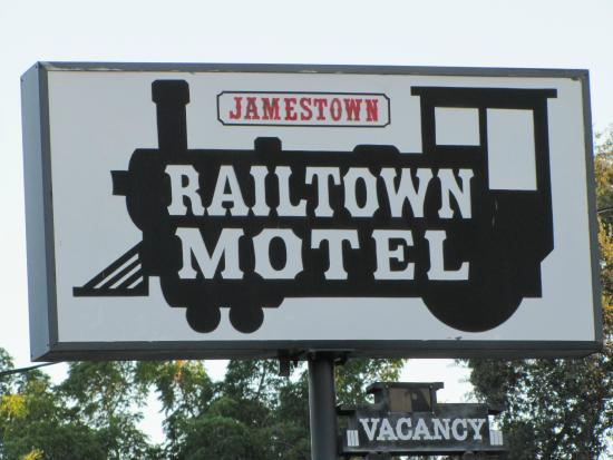 Jamestown Railtown Motel: Hotel sign