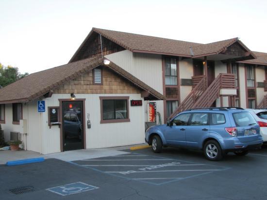 Jamestown Railtown Motel: Hotel grounds