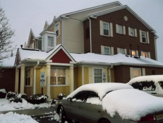 TownePlace Suites Mt. Laurel: 玄関 入ったロビーに朝食がサービスされます。