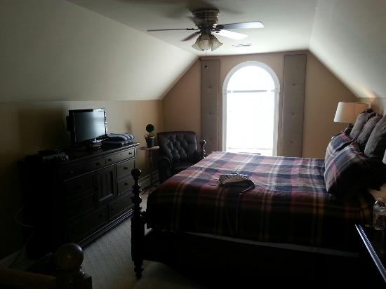 The Inn at Vineyards Crossing: Cobbler Hunt Loft.  Airy and super plush bed. Great view