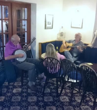 Ecclefechan, UK: Mick got the guitar out in the bar