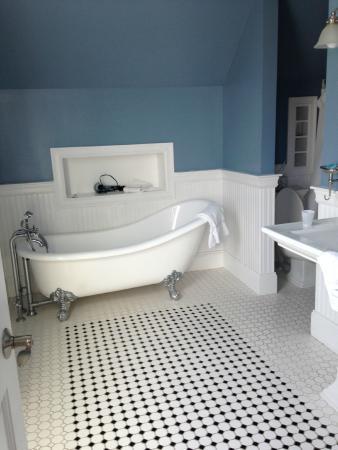 Newport Blues Inn: Master Bath in 3rd floor suite