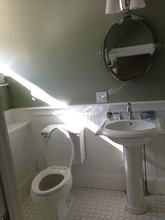Newport Blues Inn: secondary bedroom bathroom 3rd floor suite