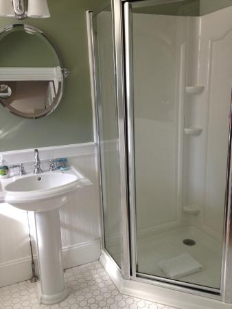 Newport Blues Inn: bathroom in secondary bedroom in 3rd floor suite