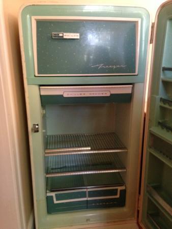Newport Blues Inn: Amazing antique fridge that worked great! added charm