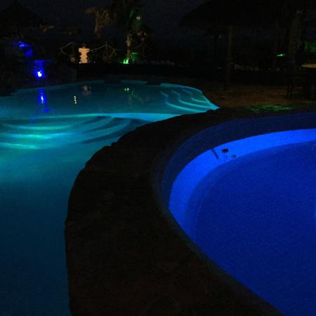 ‪‪Villa La Bella‬: Pool lit in the evening‬