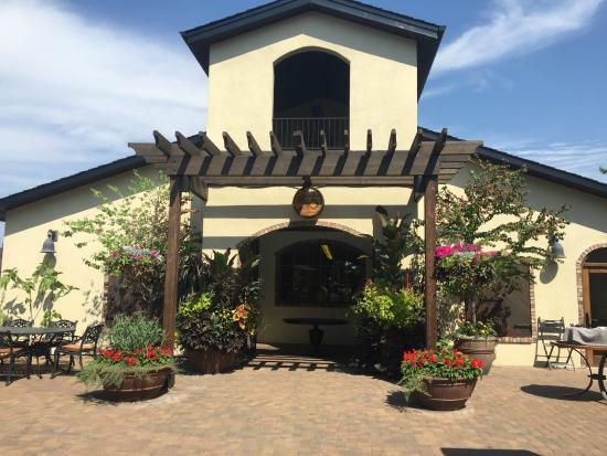 Lake Breeze Winery: Tasting Room