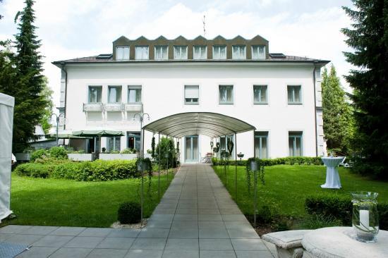 Hotel am Schloss: façade arrière côté réception jardin