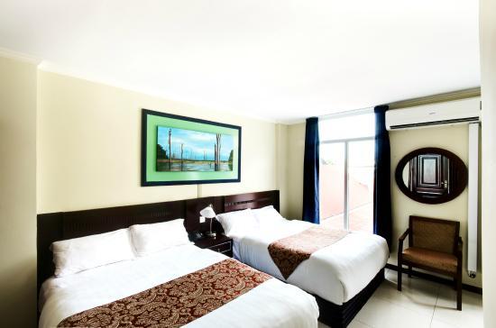 Hotel Palacio: Double Queen Deluxe. Spacious but cozy.