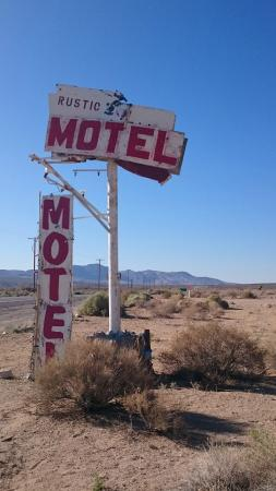 Rustic Oasis Motel: Insegna