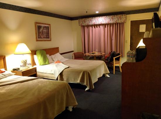 Oakridge Inn: Room with 2 queen beds