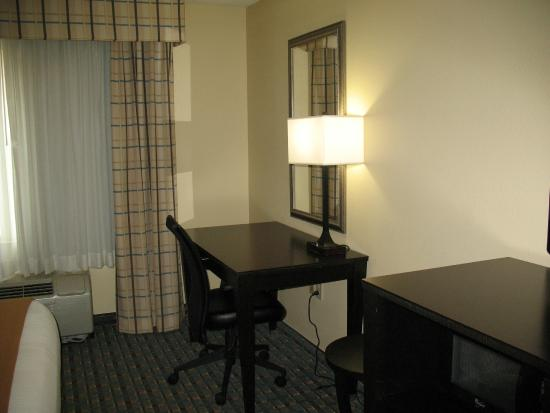 Holiday Inn Express Alpharetta-Roswell: Nice work desk area