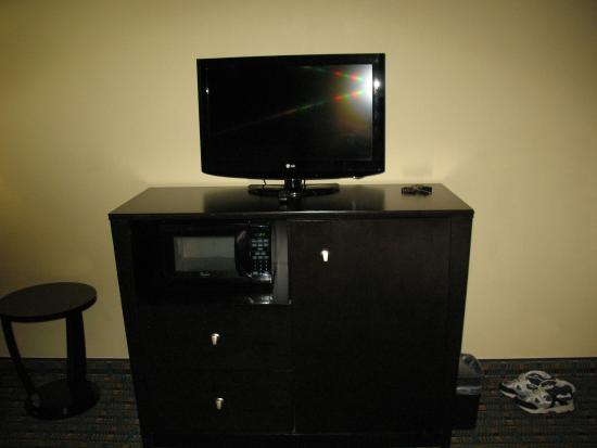 Holiday Inn Express Alpharetta-Roswell : TV, Frig and micro