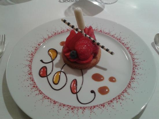 Auberge Saint Thegonnec Restaurant: Sablé breton aux fraises du Finistère et ganache chocolat blanc