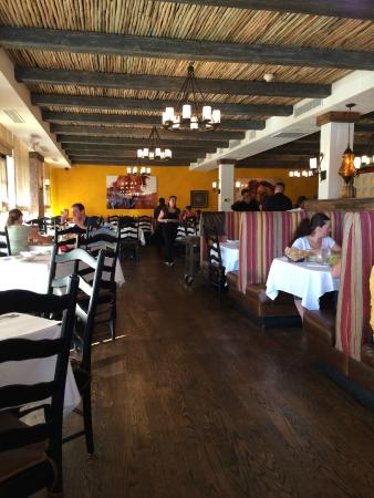 Besito Mexican Restaurant: Cheerful and tasteful decor